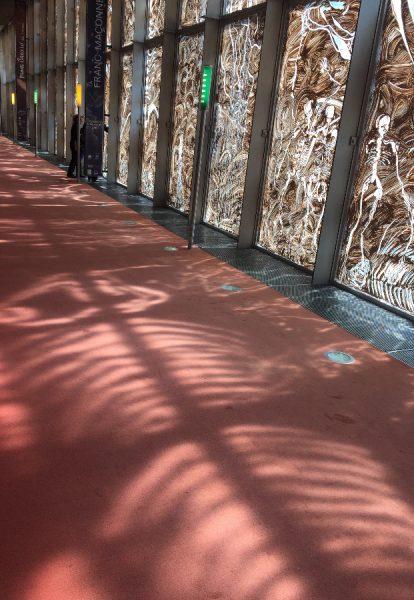 BnF, allée Jules Cain, reflets sur le sol © Isabelle Henricot
