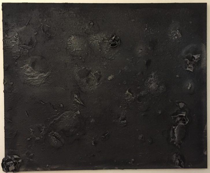Cloques d'Anou, 2010, suie sgraffiée et fixée sur toile, 175,2x210 cm © Isabelle Henricot