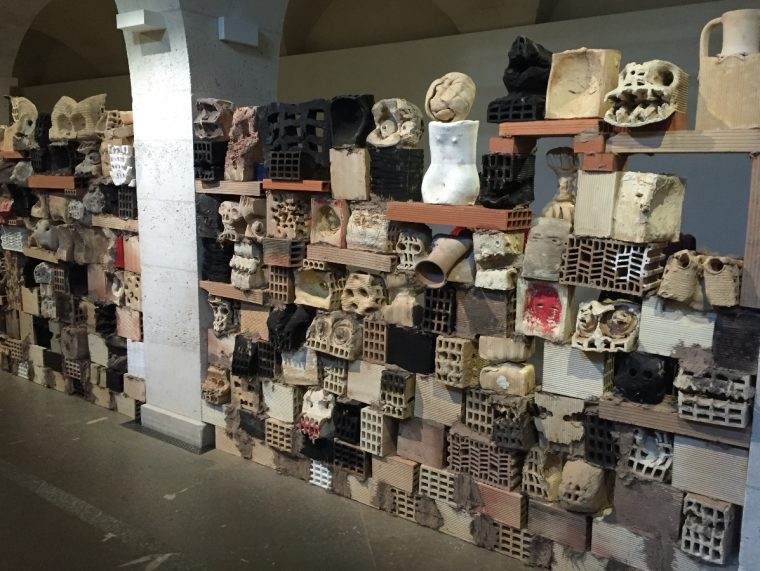 Mur de têtes, 2016 © Isabelle Henricot