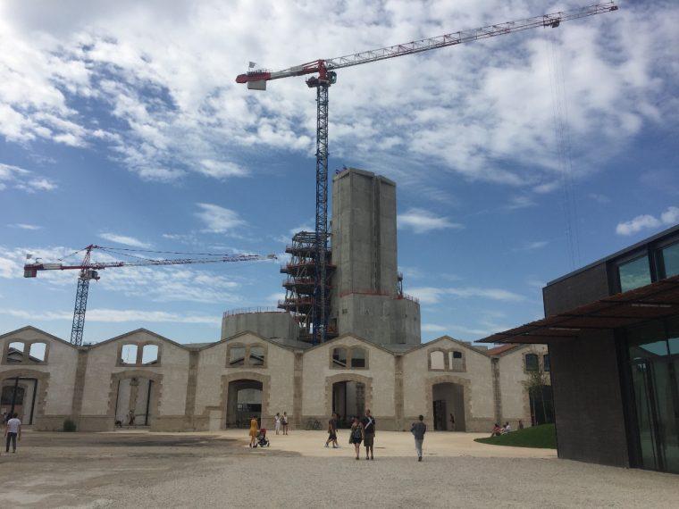 Parc des Ateliers, bâtiment de Frank Gehry pour la fondation Luma © Isabelle Henricot